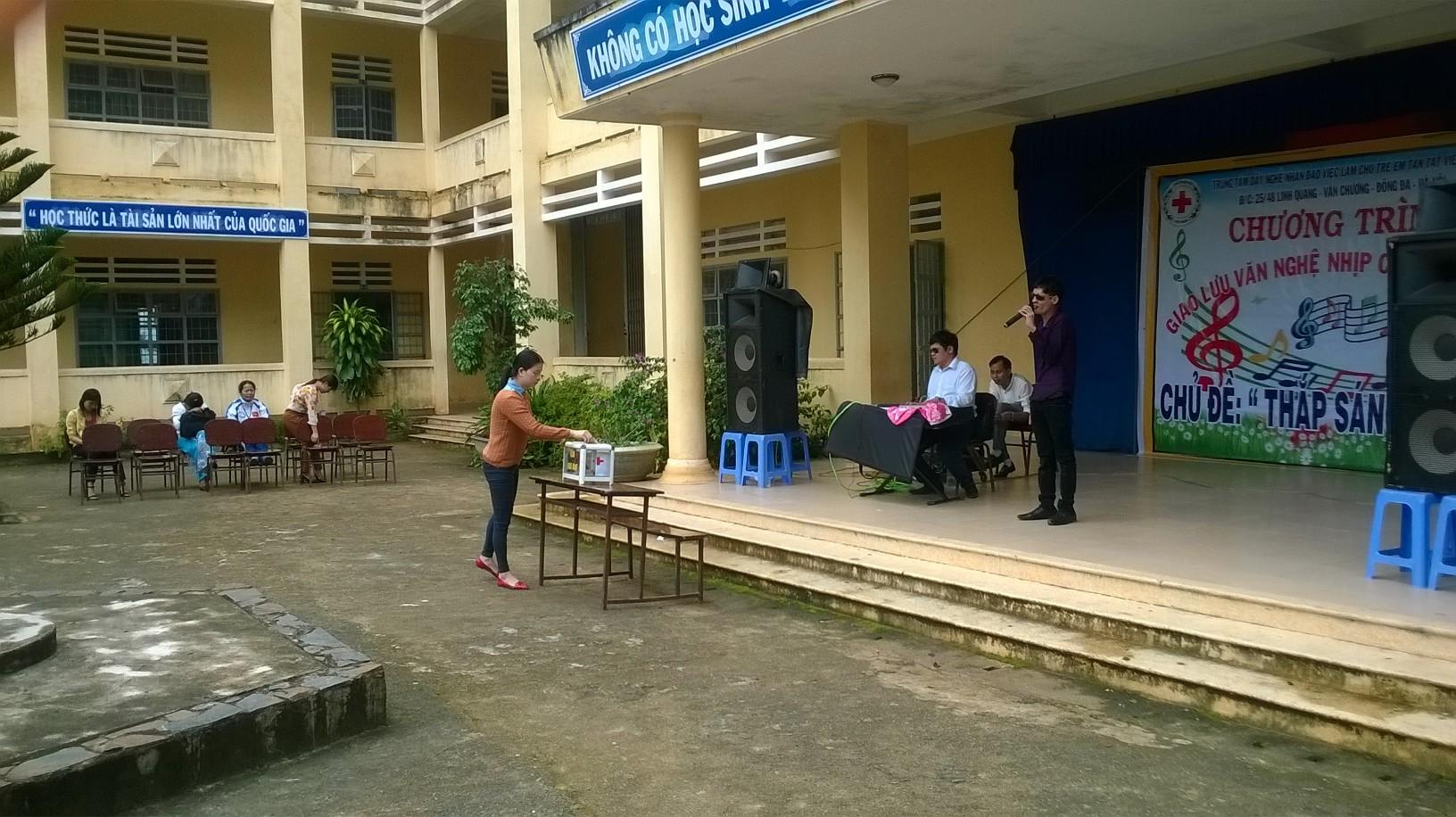 Hoạt động giao lưu văn nghệ với trung tâm dạy nghề nhân đạo việc làm cho trẻ em tàn tật Việt Nam