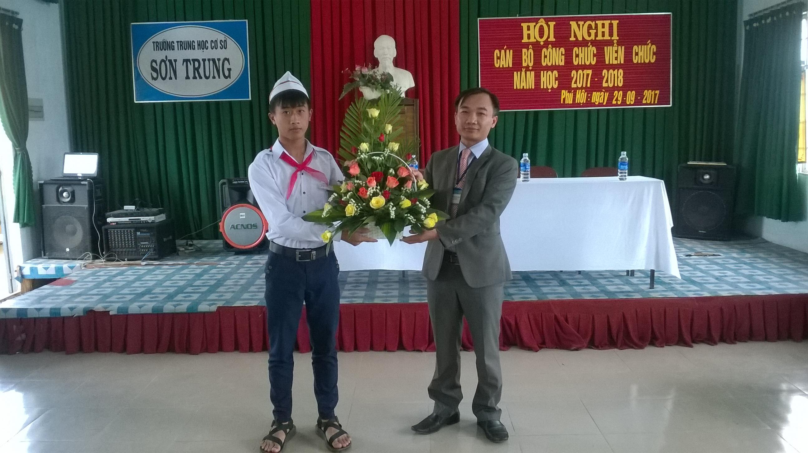 Hội nghị Cán bộ công chức viên chức trường THCS Sơn Trung năm học 2017 -2018